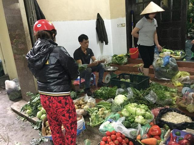 Chợ Thủ đô vắng tiểu thương, rau xanh 'nhảy giá' - Ảnh 9.