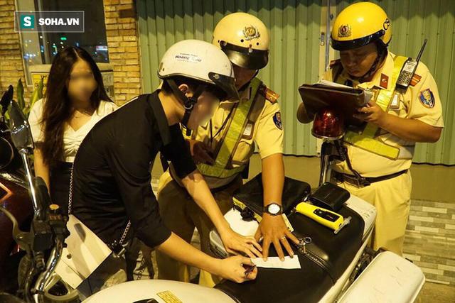 Bị CSGT dừng xe kiểm tra nồng độ cồn, đôi nam nữ phóng xe tháo chạy gây tai nạn trên đường phố Sài Gòn - Ảnh 1.