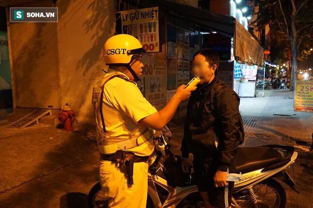 Bị CSGT dừng xe kiểm tra nồng độ cồn, đôi nam nữ phóng xe tháo chạy gây tai nạn trên đường phố Sài Gòn - Ảnh 2.