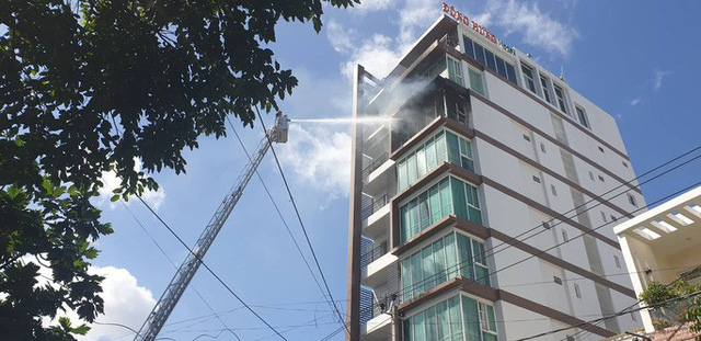 Cháy khách sạn ở Nha Trang, lực lượng chức năng đang nỗ lực chữa cháy  - Ảnh 1.