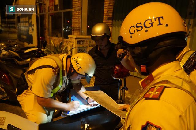 Bị CSGT dừng xe kiểm tra nồng độ cồn, đôi nam nữ phóng xe tháo chạy gây tai nạn trên đường phố Sài Gòn - Ảnh 6.