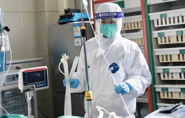 Vị bác sĩ chạy đua với tử thần ở tâm dịch Vũ Hán: Ngày đêm cứu chữa bệnh nhân dù vợ nhiễm virus corona, còn bản thân mắc bệnh nan y chỉ còn 3-5 năm để sống - Ảnh 2.