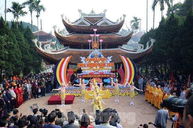 Biển người du xuân, vãn cảnh ngày khai hội chùa Hương - Ảnh 1.