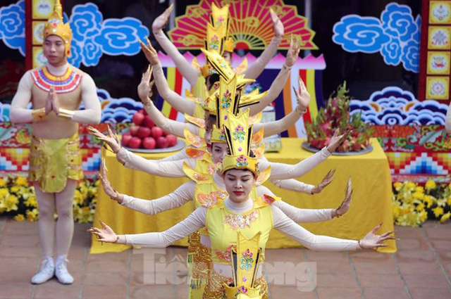Biển người du xuân, vãn cảnh ngày khai hội chùa Hương - Ảnh 2.