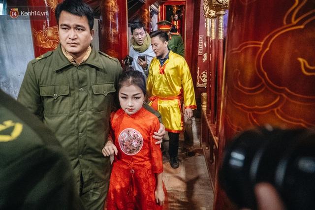 Hà Nội: Tướng bà 10 tuổi được rước bằng kiệu, bảo vệ nghiêm ngặt tránh bị bắt cóc - Ảnh 15.
