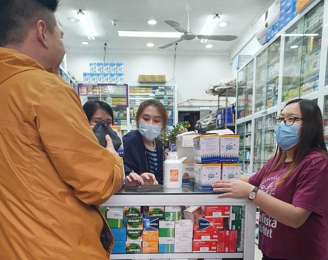 Người dân hối hả chạy mua khẩu trang phòng virus Corona mới - Ảnh 3.