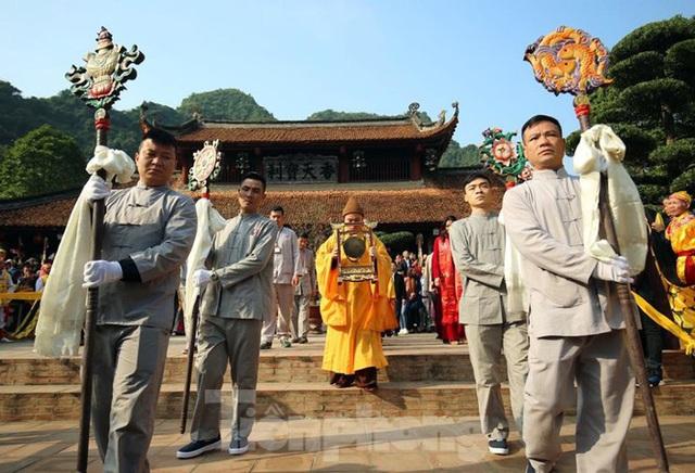Biển người du xuân, vãn cảnh ngày khai hội chùa Hương - Ảnh 3.