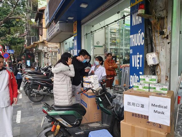 Người dân hối hả chạy mua khẩu trang phòng virus Corona mới - Ảnh 4.