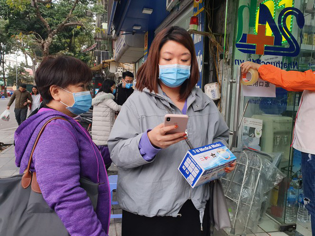 Người dân hối hả chạy mua khẩu trang phòng virus Corona mới - Ảnh 5.