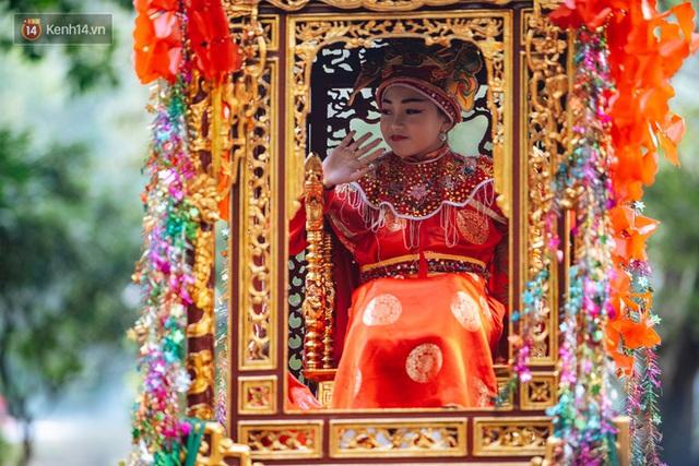 Hà Nội: Tướng bà 10 tuổi được rước bằng kiệu, bảo vệ nghiêm ngặt tránh bị bắt cóc - Ảnh 9.