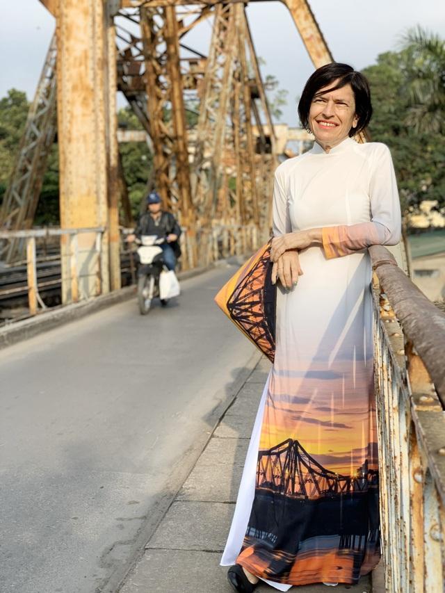 """""""Đánh rơi trái tim"""" ở Hà Nội 25 năm trước, người phụ nữ gốc Anh tâm sự: """"Nhiều người Việt không thể hiểu nổi, vì sao tôi sang đây và muốn sống trọn đời"""" - Ảnh 4."""