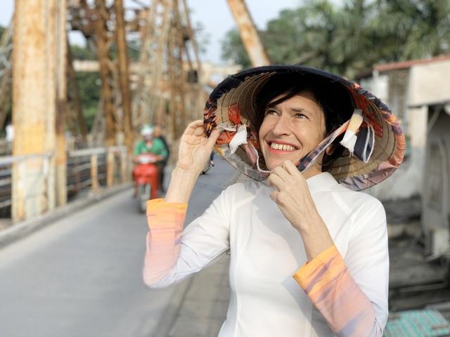 """""""Đánh rơi trái tim"""" ở Hà Nội 25 năm trước, người phụ nữ gốc Anh tâm sự: """"Nhiều người Việt không thể hiểu nổi, vì sao tôi sang đây và muốn sống trọn đời"""" - Ảnh 8."""