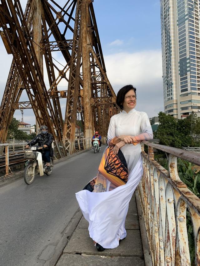 """""""Đánh rơi trái tim"""" ở Hà Nội 25 năm trước, người phụ nữ gốc Anh tâm sự: """"Nhiều người Việt không thể hiểu nổi, vì sao tôi sang đây và muốn sống trọn đời"""" - Ảnh 10."""