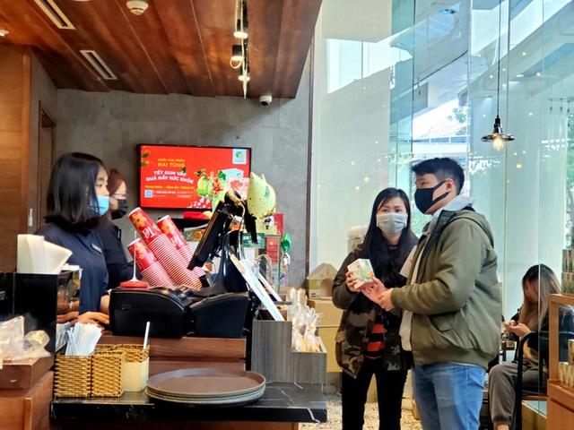 Động thái bất ngờ của loạt nhà hàng Hà Nội trước cơn bão virus corona - Ảnh 2.
