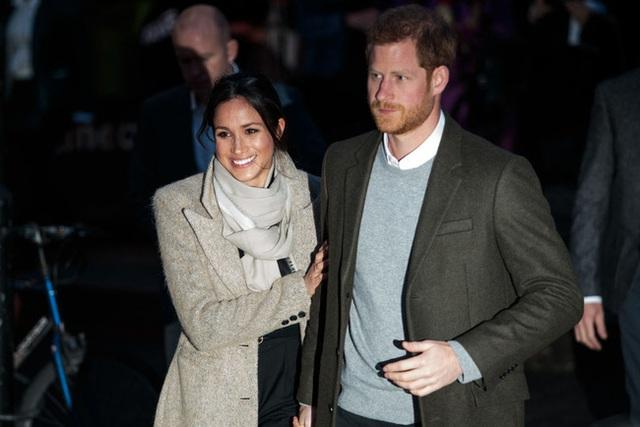 Bạn thân tiết lộ thông tin bất ngờ đằng sau quyết định dứt áo ra đi, rời khỏi hoàng gia Anh của nhà Harry - Meghan Markle - Ảnh 1.