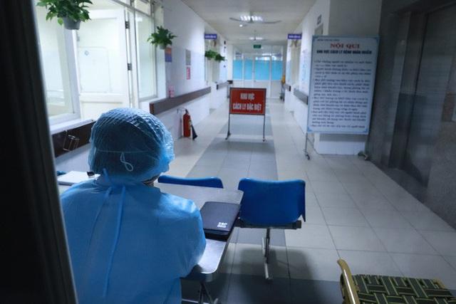 Nửa đêm, Thứ trưởng Bộ Y tế đến Đà Nẵng làm việc về virus corona - Ảnh 2.