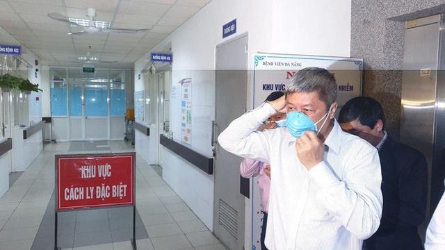 Nửa đêm, Thứ trưởng Bộ Y tế đến Đà Nẵng làm việc về virus corona - Ảnh 3.