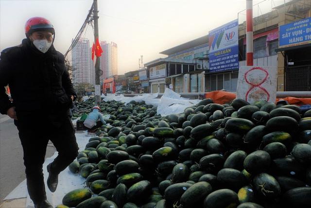 Tạm dừng thông quan nhiều cửa khẩu vì virus corona, dưa hấu quay đầu về Hà Nội bán rẻ? - Ảnh 8.