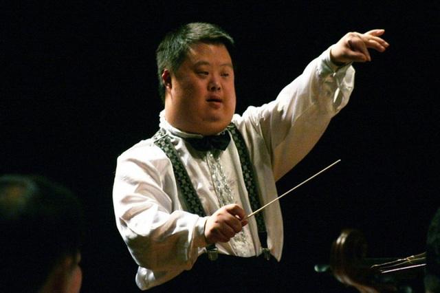 Chu Châu - Nhạc trưởng chỉ huy cả dàn nhạc nhưng có IQ chỉ bằng đứa trẻ 3 tuổi khiến thế giới ngỡ ngàng  - Ảnh 1.