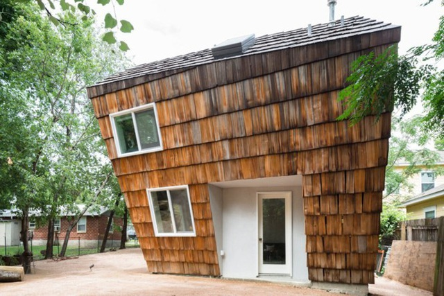 Ngôi nhà tổ ong nghiêng như sắp đổ vẫn đẹp long lanh - Ảnh 2.