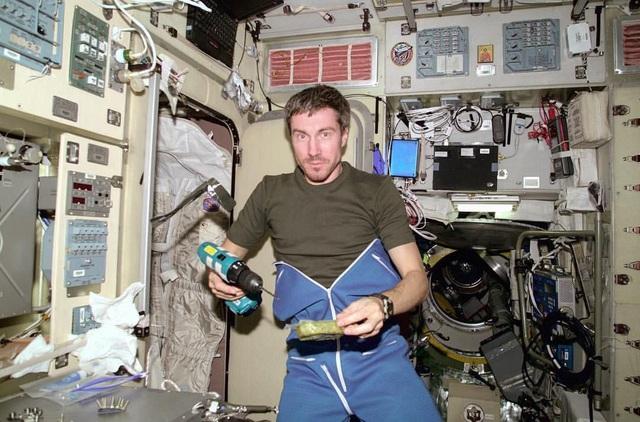 Cuộc sống ngoài không gian của phi hành gia nhọ nhất thế giới: Tôi vẫn nghe nhạc, ngắm nhìn Trái Đất và trò chuyện với vợ mỗi tuần - Ảnh 2.