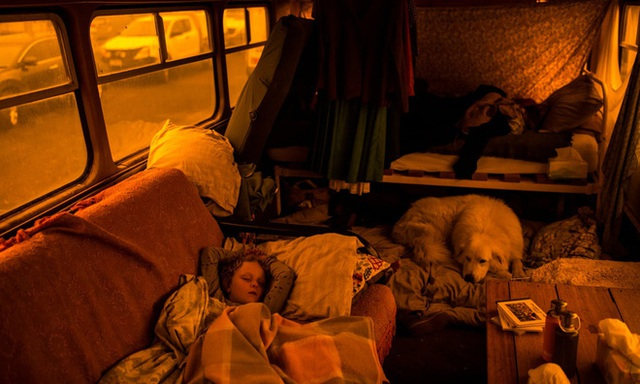 """Hành trình trốn chạy của gia đình Úc khỏi cháy rừng: Rời bỏ thị trấn """"Địa đàng"""", gói ghém đồ đạc lên xe và thuyền lang thang vô định - Ảnh 2."""