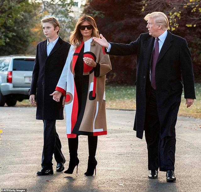 Quý tử nhà Trump trở về Nhà Trắng cùng cha mẹ sau kỳ nghỉ, tiếp tục làm lu mờ Tổng thống Mỹ bởi chiều cao phát triển đáng kinh ngạc - Ảnh 4.