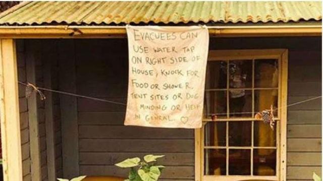 Những khoảnh khắc xúc động đến cay mắt giữa thảm họa cháy rừng nước Úc: Trong hoạn nạn, tình người mới thật ấm áp biết bao! - Ảnh 1.