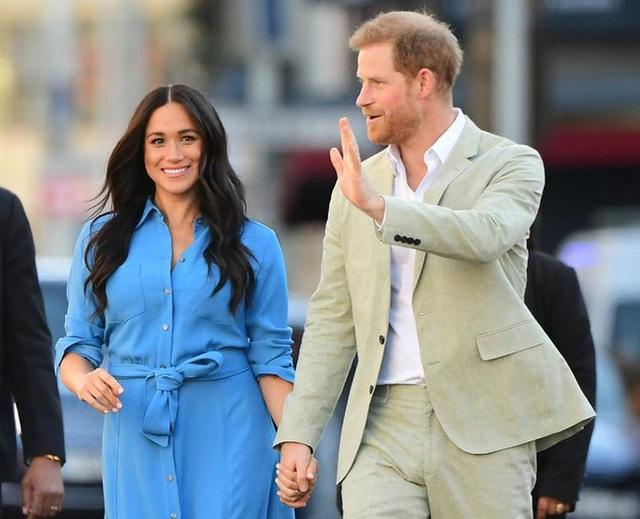 Vợ chồng Meghan Markle dính nghi án sắp bị loại khỏi gia đình Hoàng gia Anh bởi một loạt chi tiết bất thường  - Ảnh 2.