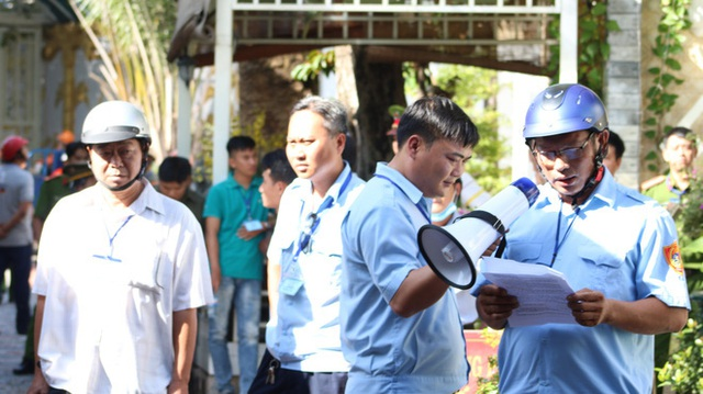 [Ảnh] Hàng trăm người cưỡng chế, tháo dỡ 2.000m2 công trình sai phạm tại Gia Trang quán – Tràm Chim Resort ở Sài Gòn - Ảnh 4.