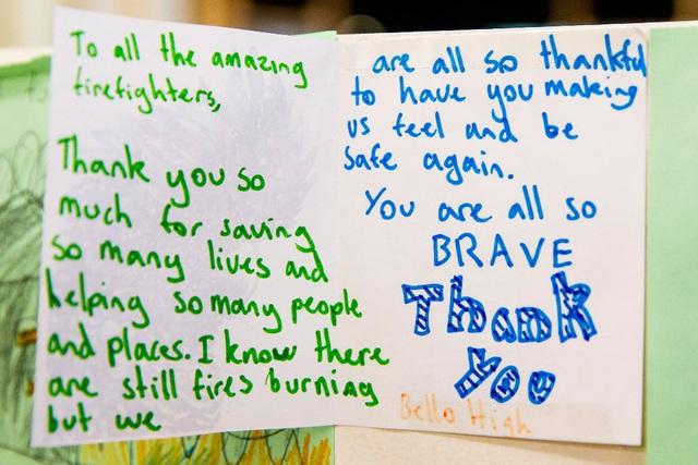 Những khoảnh khắc xúc động đến cay mắt giữa thảm họa cháy rừng nước Úc: Trong hoạn nạn, tình người mới thật ấm áp biết bao! - Ảnh 8.