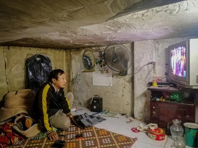 Cuộc sống khó tin trong những ngôi nhà 2 mét vuông giữa lòng Phố cổ Hà Nội  - Ảnh 1.