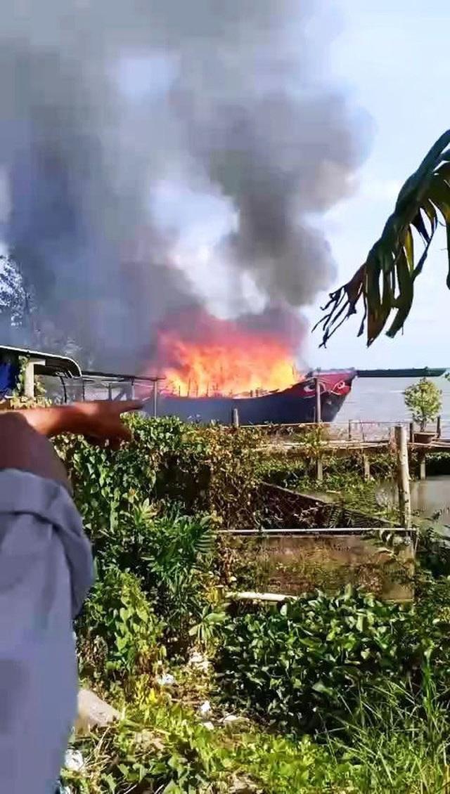 Cháy tàu du lịch trên sông  - Ảnh 1.