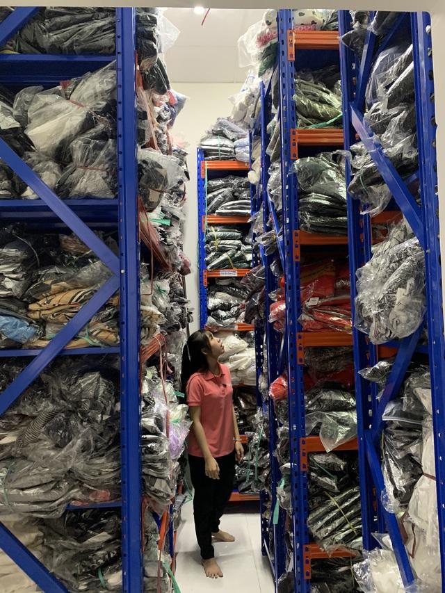 Thu giữ gần 7000 sản phẩm quần áo, túi xách không rõ nguồn gốc tại Đồng Nai - Ảnh 1.