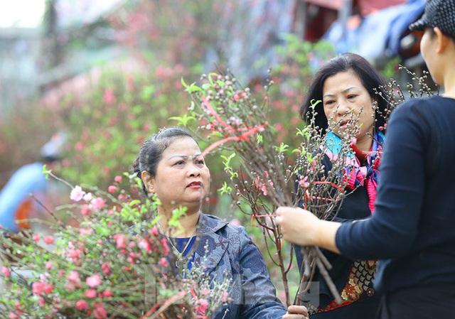Đào, quất, hoa ngập tràn phố trước rằm tháng Chạp - Ảnh 7.