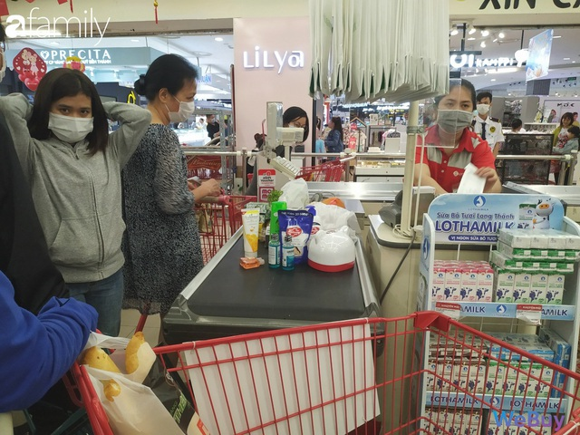 Sài Gòn chống Corona: Siêu thị, hiệu thuốc cháy hàng, khách muốn mua phải chờ sang tuần sau - Ảnh 2.