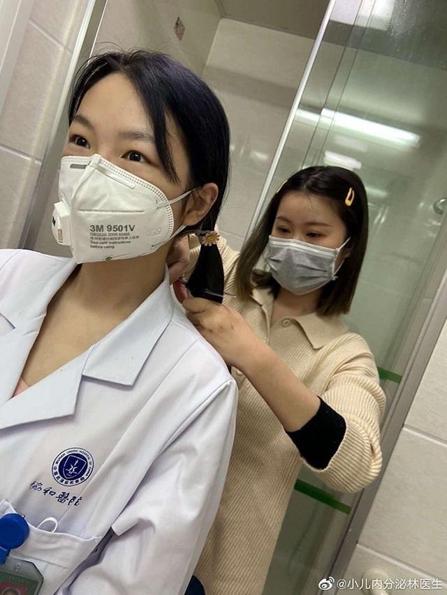 Loạt ảnh chụp đội ngũ y bác sĩ giữa ổ dịch Vũ Hán cho thấy sự hy sinh cao cả, bất chấp mạng sống để chiến đấu với virus corona - Ảnh 1.