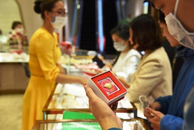 Ngày Thần tài thời corona, doanh nghiệp chuẩn bị sẵn khẩu trang 3D tặng khách khi đến mua vàng - Ảnh 1.