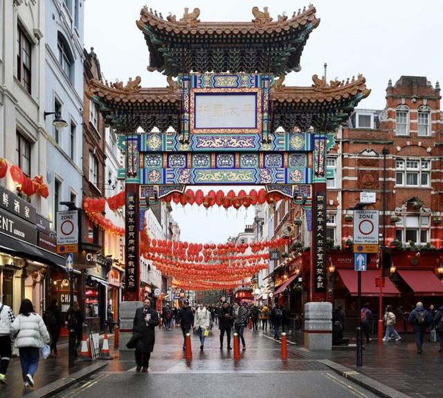 Đâu chỉ có Trung Quốc, cộng đồng người Hoa ở Anh cũng chật vật trước dịch viêm phổi Vũ Hán bùng phát: Đường phố vắng hoe và bị xa lánh - Ảnh 1.