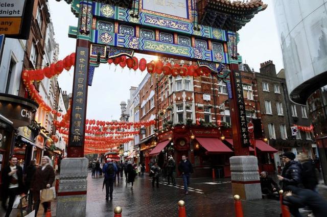 Đâu chỉ có Trung Quốc, cộng đồng người Hoa ở Anh cũng chật vật trước dịch viêm phổi Vũ Hán bùng phát: Đường phố vắng hoe và bị xa lánh - Ảnh 2.