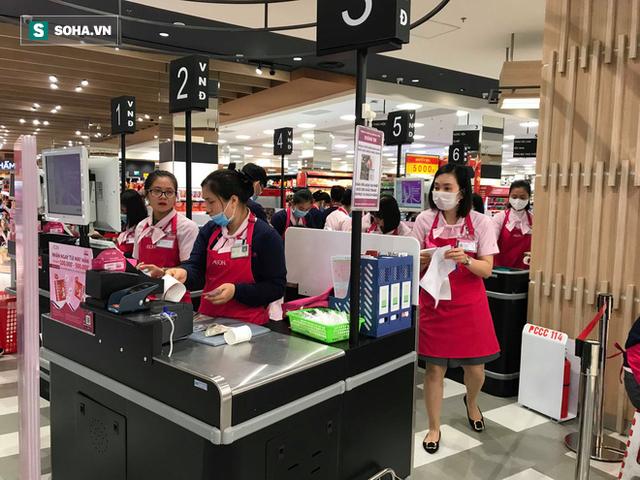 Hà Nội: Khẩu trang bị vét sạch khi chưa lên kệ siêu thị, hạn chế khách mua tối đa 2 gói/lần - Ảnh 12.