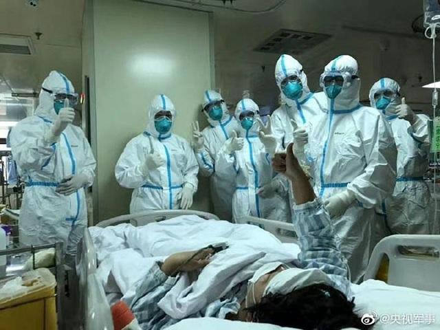 Loạt ảnh chụp đội ngũ y bác sĩ giữa ổ dịch Vũ Hán cho thấy sự hy sinh cao cả, bất chấp mạng sống để chiến đấu với virus corona - Ảnh 15.
