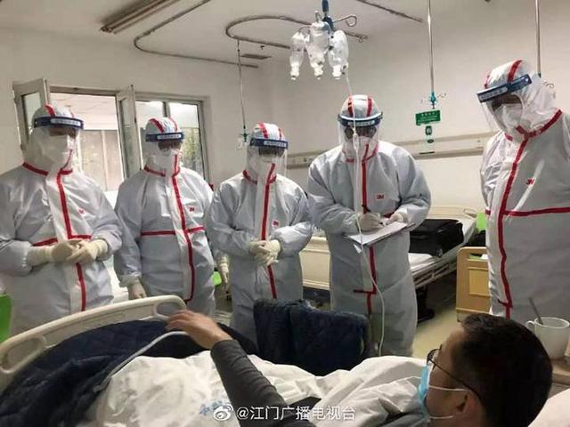 Loạt ảnh chụp đội ngũ y bác sĩ giữa ổ dịch Vũ Hán cho thấy sự hy sinh cao cả, bất chấp mạng sống để chiến đấu với virus corona - Ảnh 16.