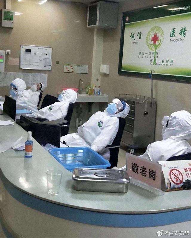 Loạt ảnh chụp đội ngũ y bác sĩ giữa ổ dịch Vũ Hán cho thấy sự hy sinh cao cả, bất chấp mạng sống để chiến đấu với virus corona - Ảnh 17.