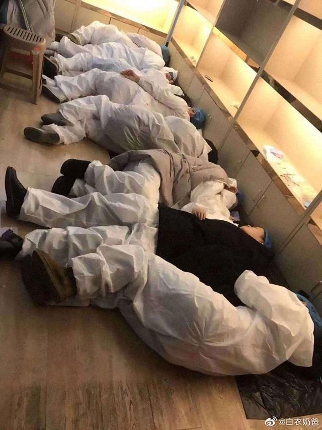 Loạt ảnh chụp đội ngũ y bác sĩ giữa ổ dịch Vũ Hán cho thấy sự hy sinh cao cả, bất chấp mạng sống để chiến đấu với virus corona - Ảnh 18.