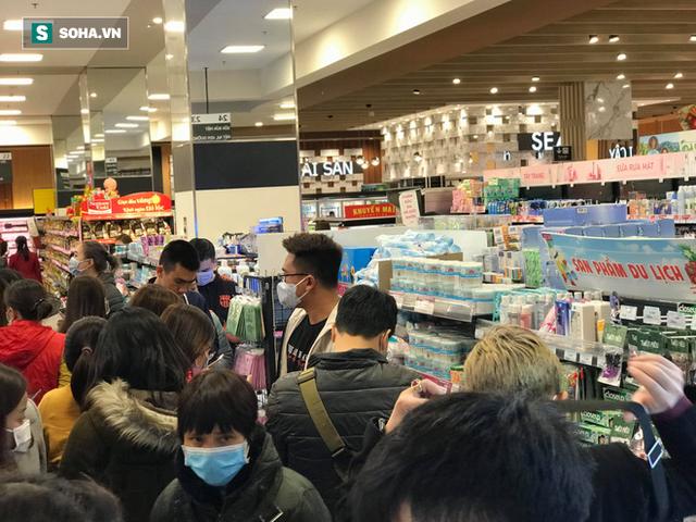 Hà Nội: Khẩu trang bị vét sạch khi chưa lên kệ siêu thị, hạn chế khách mua tối đa 2 gói/lần - Ảnh 3.