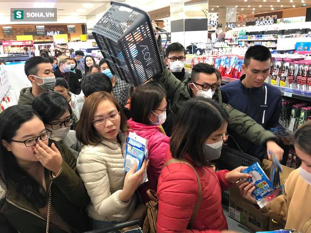 Hà Nội: Khẩu trang bị vét sạch khi chưa lên kệ siêu thị, hạn chế khách mua tối đa 2 gói/lần - Ảnh 4.