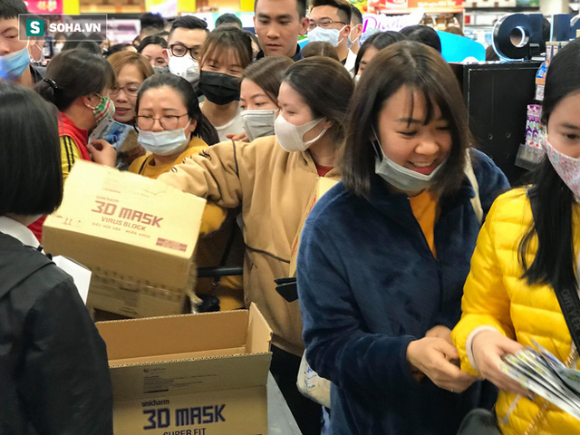 Hà Nội: Khẩu trang bị vét sạch khi chưa lên kệ siêu thị, hạn chế khách mua tối đa 2 gói/lần - Ảnh 5.