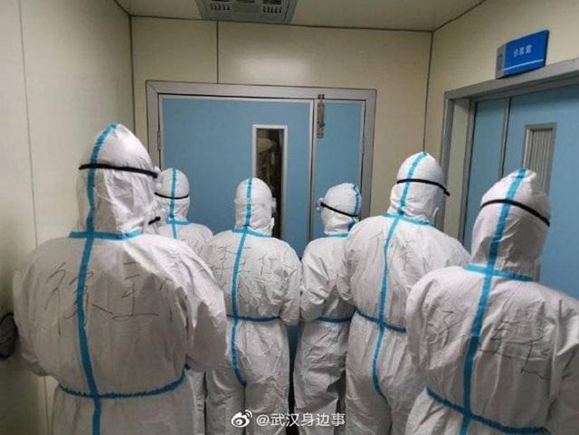 Loạt ảnh chụp đội ngũ y bác sĩ giữa ổ dịch Vũ Hán cho thấy sự hy sinh cao cả, bất chấp mạng sống để chiến đấu với virus corona - Ảnh 5.