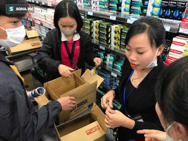 Hà Nội: Khẩu trang bị vét sạch khi chưa lên kệ siêu thị, hạn chế khách mua tối đa 2 gói/lần - Ảnh 6.